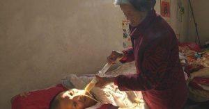 Wei Mingying alimentando a Wang