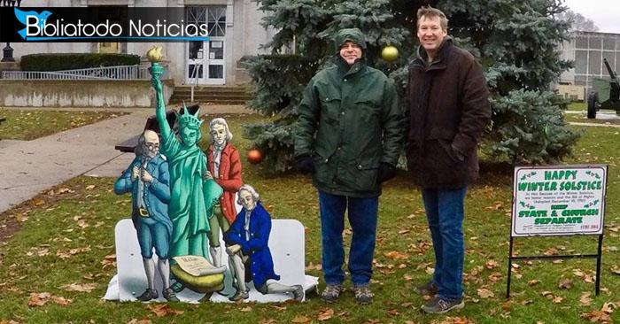 Indignante: Ateos reemplazan nacimiento de Jesús con personajes políticos