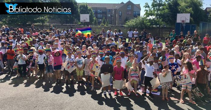 REVUELO: Niños son obligados a desfilar en marcha gay