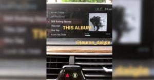 Selena escuchando a Lauren Daigle