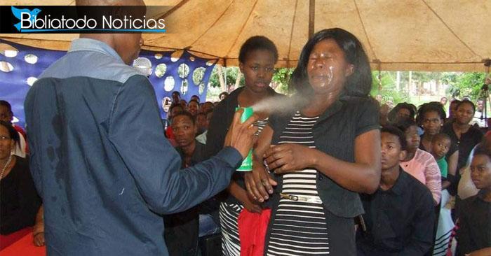 "¡INSÓLITO! Pastor usa peligroso producto ""para sanar"" de enfermedades a su congregación"