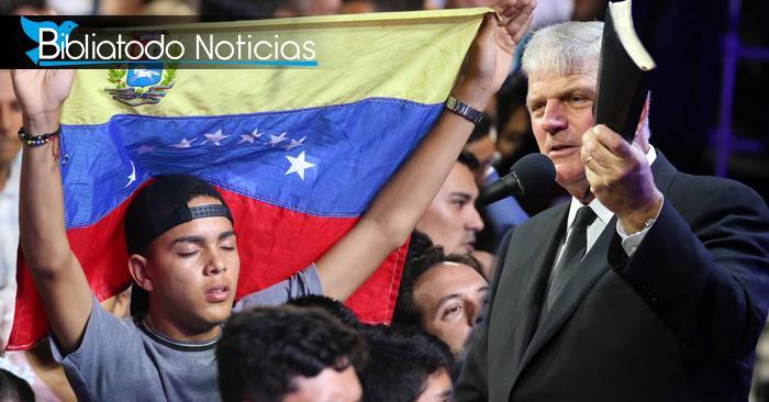 Miles de inmigrantes venezolanos se convierten a Cristo en cruzada de Franklin Graham