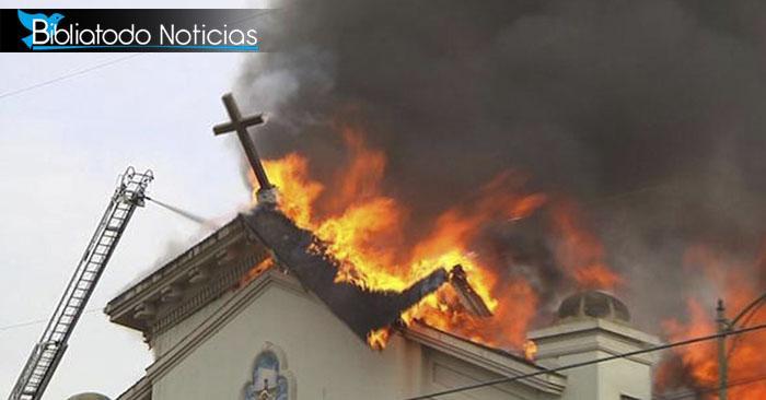 Aunque la iglesia ardía en llamas no detuvieron su adoración