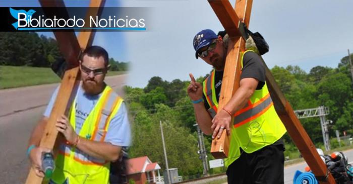 Hombre inspira a otros a acercarse a Jesús llevando gran cruz en medio de carretera
