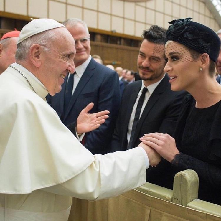 """Los abogados de la acusación recordaron que Katy Perrycomenzó como una artista cristiana, por lo que pudo haber escuchado el tema religioso """"Joyful Noise"""". En la fotografía, la cantante y Orlando Bloom junto al papa Francisco, en abril de 2018 (Foto: Instagram)"""