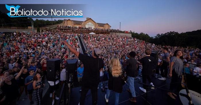 4.000 jóvenes se reunen al atardecer para adorar a Dios en universidad de EE.UU.
