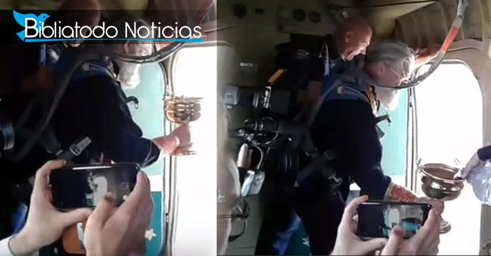 Imágenes capturadas del vídeo que muestra como el sacerdote riega el agua bendita sobre una ciudad rusa