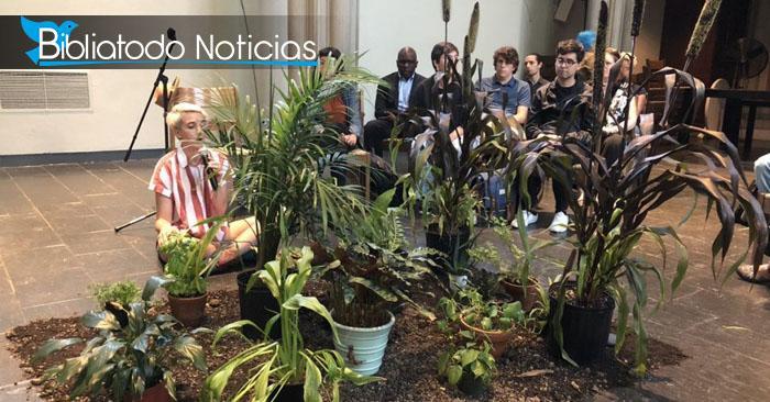 """Foto del """"servicio"""" que los estudiantes realizaron para honrar, adorar y orar a las plantas para que estas reparen los daños climáticos"""