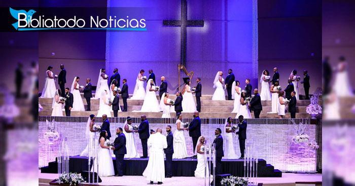 Foto de la boda masiva realizada en la Iglesia Concord, en Texas. Se puede ver a las parejas en el altar