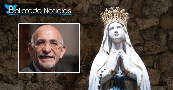 Imagen de una estatua de la virgen, dentro contiene una foto del sacerdote José de Jesús Aguilar