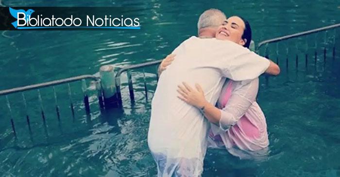 """Demi Lovato se bautiza en el río Jordán, """"Dios llenó los huecos de mi corazón"""""""