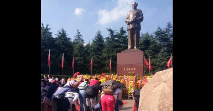 Turistas rinden culto a la estatua de bronce de Mao Zedong en una plaza en la ciudad de Shaoshan