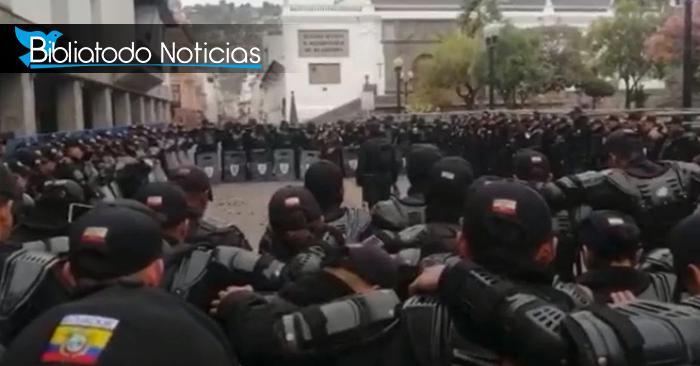 Policías de Ecuador orando a Dios