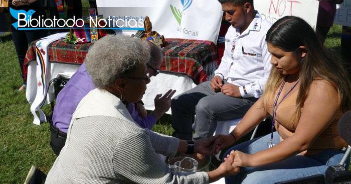 Pastores muestran el amor de Dios lavando los pies de inmigrantes ante la persecución que sufren.
