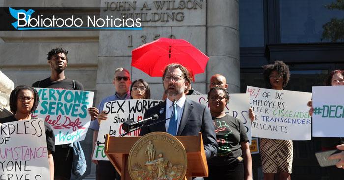 Foto del consejal David Grosso frente al Edificio Wilson, el cual alberga las oficinas municipales y las cámaras del Alcalde y el Consejo del Distrito de Columbia.