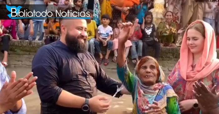 La mujer de 90 años junto al misionero Chileno Vergara, momentos antes de ser bautizada