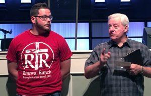 Pastor Don Chandler (derecha) al lado de Brenton Winn la noche en que el joven fue bautizado.