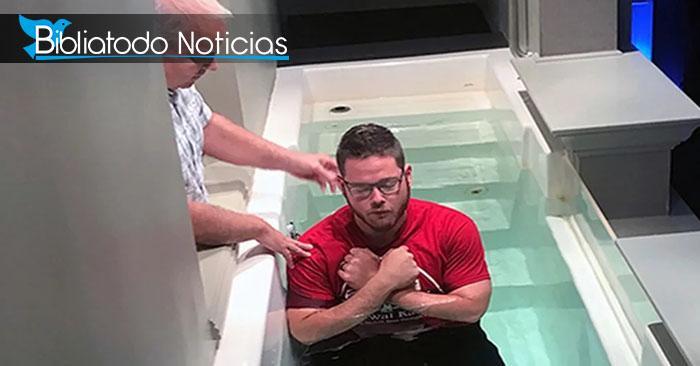 El pastor Mike Lefler (izquierda) se prepara para bautizar a Brenton Winn durante un servicio.