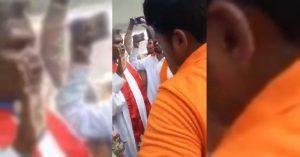 Foto del pastor Santosh Jaiswal (izquierda), tomada del vídeo