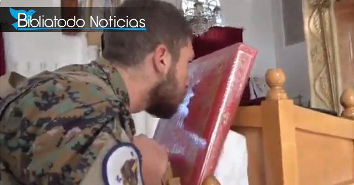 Foto de uno de los soldados sirios besando la Biblia antes de salir a la guerra tomada del vídeo.