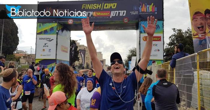 Hombre alzando sus manos luego de terminar el maratón de Jerusalén