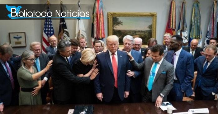 Líderes cristianos se reúnen en la casa blanca para orar por el presidente Trump