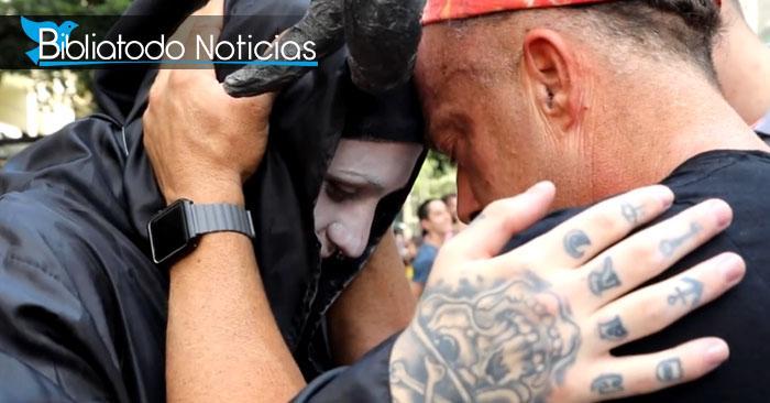 Foto del evangelista Todd White orando por un satanista